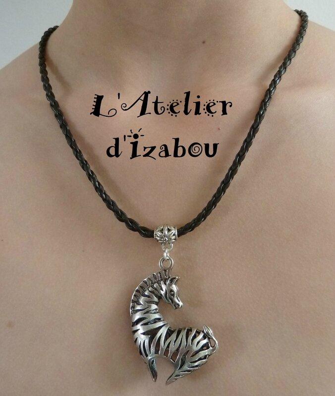 P1120958 Collier femme sautoir zebre cordon tressé simili cuir fermoir toggle rond