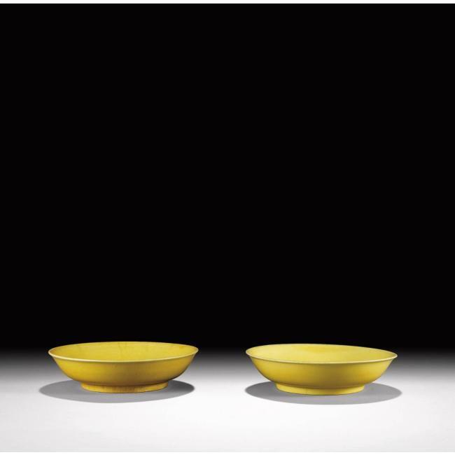 Paire de coupes en porcelaine monochrome jaune. Chine, dynastie Ming, marque et époque Zhengde (1506-1521)