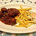 Boulettes de bœuf aux petits pois à la sauce tomate maison et frites aux œufs frits