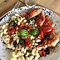 Pâtes au poulet et sauce tomates artichauts olives noires