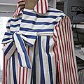 Ciré AGLAE en coton enduit écru rayé rouge et indigo fermé par un noeud dasn le même tissu (6)