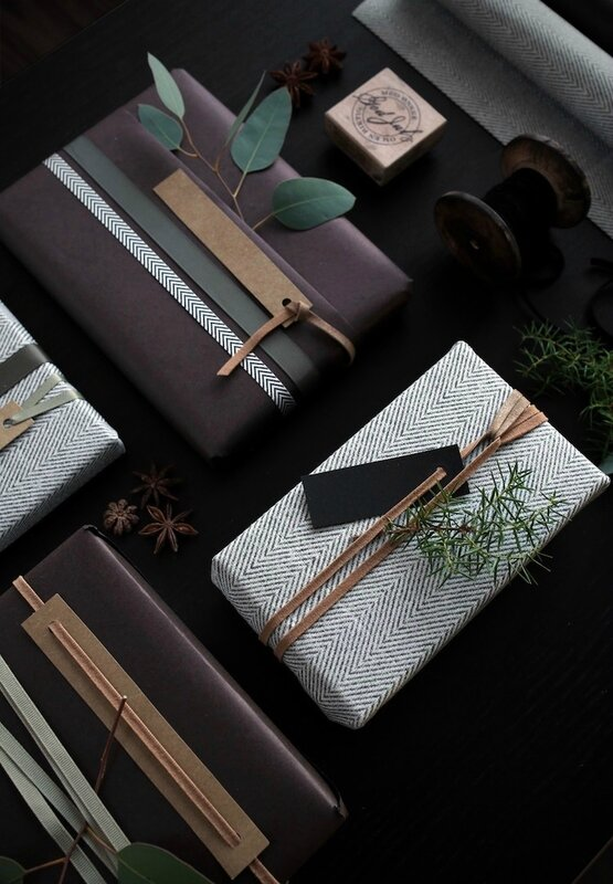 0027-1100-Christmas-gift-wrapping-By-Therese-Knutsen