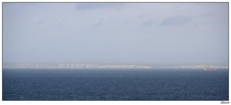 au loin, les blanches falaises de la côte anglaise