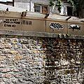 Pas là pour être ici, collage, mur, ruelle_8997