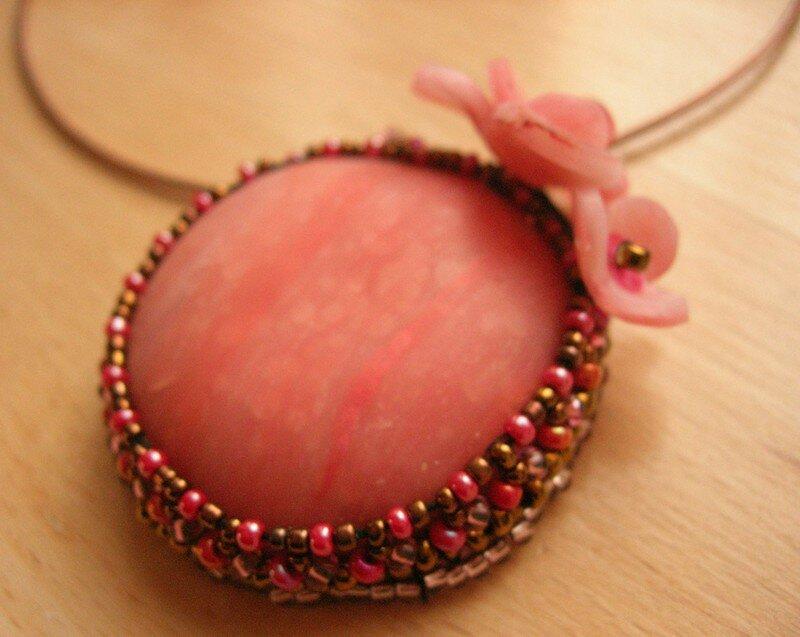 Collier avec perles tissées et cabochon en polymère