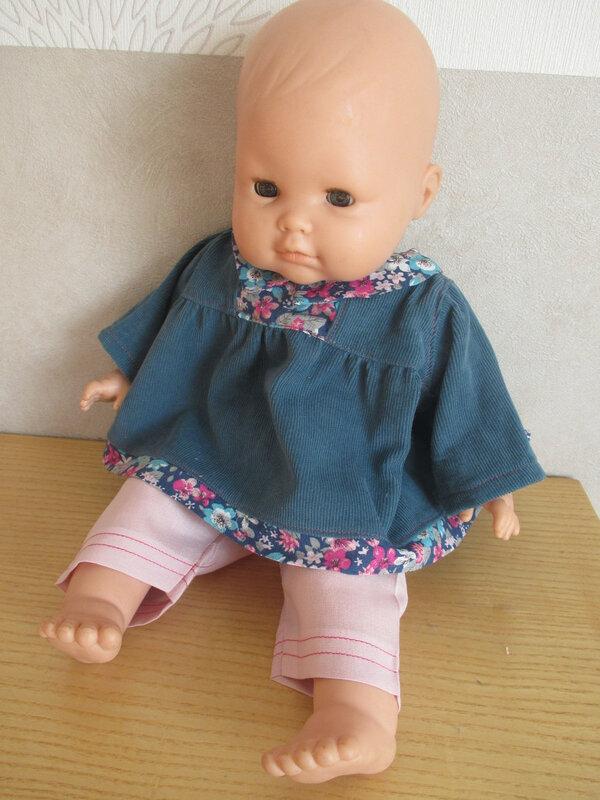tunique bleue sur poupée