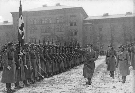 Bundesarchiv_Bild_102-17311,_Berlin-Lichterfelde,_Hitler_bei_Leibstandarte