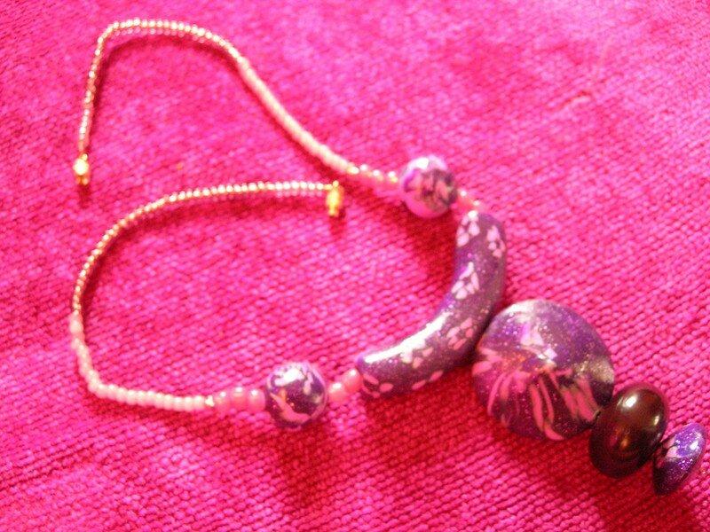 Collier rose et mauve. Perles réalisées par Mathilde, 12 ans (vue 1)