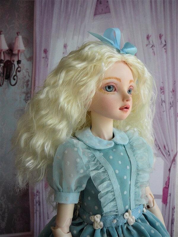 08 Eiralys en robe bleue à plumetis