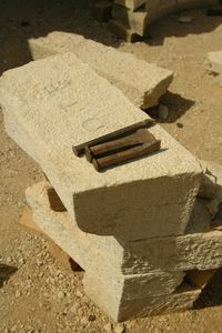 Guédelon 2013_blocs de calcaire à tailler