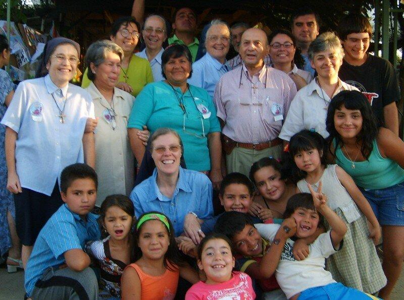 Los misioneros, la señora Mireya (en el medio) y los niños de la 11 de Septiembre