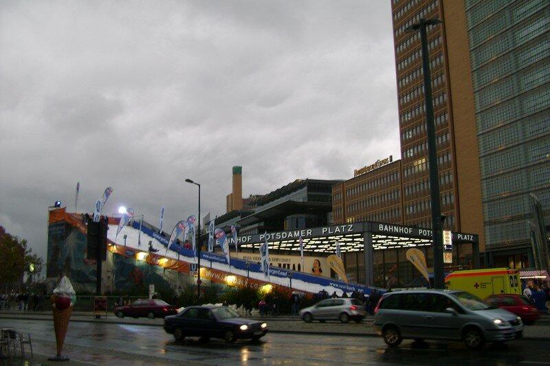 une piste de luge aux pieds des gratte-ciel de Postdamer Platz