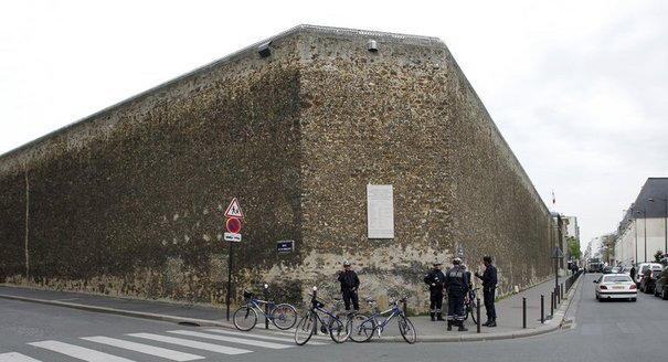 des-policiers-devant-le-mur-de-la-prison-de-la-sante-a-paris-le-7-avril-2010