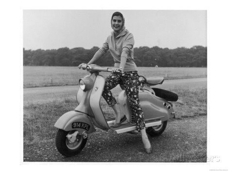 girl-wearing-a-headscarf-and-jazzy-slacks-models-a-lambretta-ld-125-mark-iv-scooter - Copie
