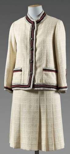 CHANEL, haute couture n°32548 circa 1958-1960. Tailleur en lainage tissé  écru à effet de carreaux ton sur ton, entièrement gansé de fil de laine  noire et de ... 552a7ece4d4