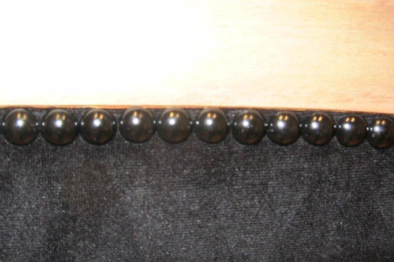 clous noir brillant côté sièges à Bohars