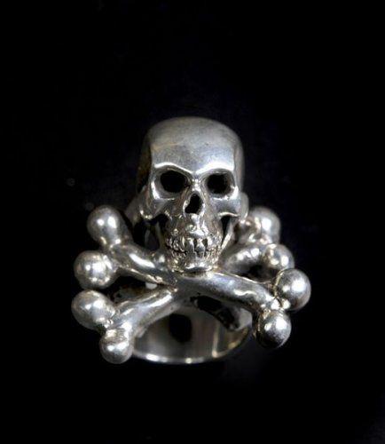 Bague en argent représentant un crâne et tibias croisés.
