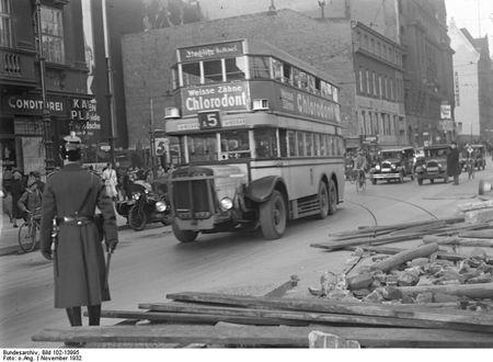 Bundesarchiv_Bild_102-13995,_Berlin,_BVG-Streik,_Barrikaden