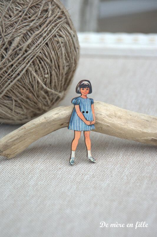 fillette brune robe rayée bleu