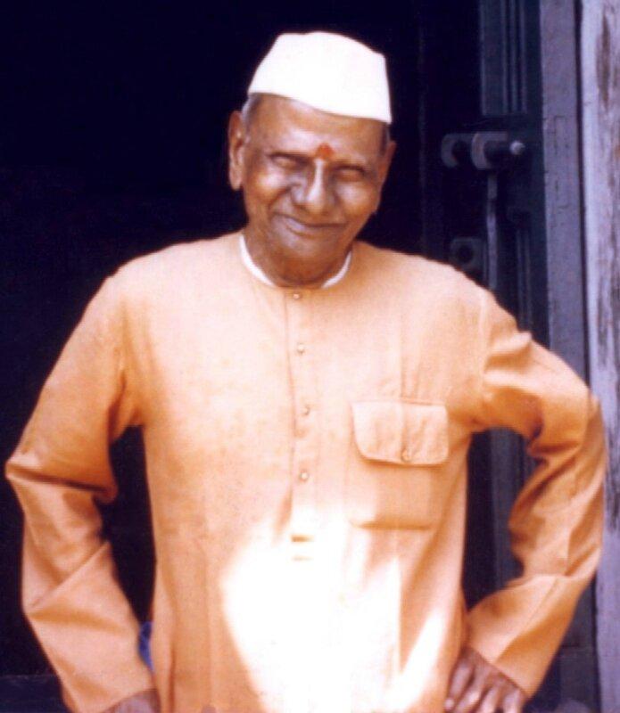Hindu_Nisargadatta_Maharaj_standing_outside_smaller