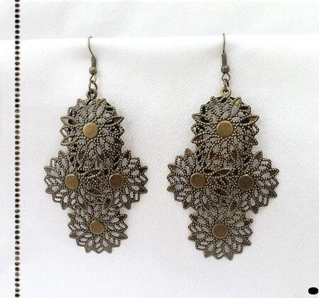Boucles d'Oreilles Pendantes Sioban Fleurs Filigrane Métal Couleur Bronze