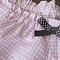 Culotte en coton pied de poule rose et blanc avec noeud gris à pois blancs (3)