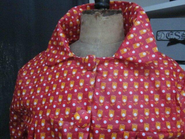Ciré AGLAE en coton enduit rouge imprimé tulipe orange et blanches fermé par 2 pressions dissimulés sous 2 boutons recouverts (1)