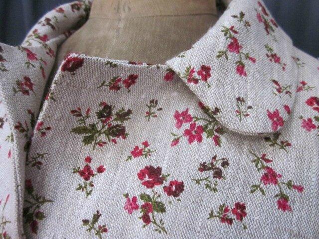 Manteau AGLAE en lin brut fleuri de rouge fermé par un neoud de lin rouge (6)
