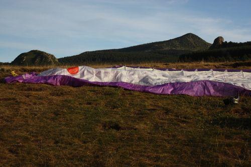 2009 07 11 Le Mont Mézenc avec la voile du parapente posé a terre au devant