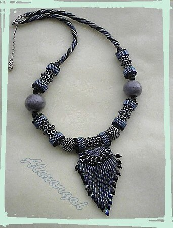 Collier_Fringed_caged_bead1
