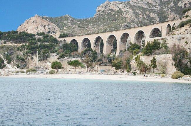 La plage des Corbières (L'Estaque) est la plus proche (4 km de la maison); Elle est très protégée du Mistral.