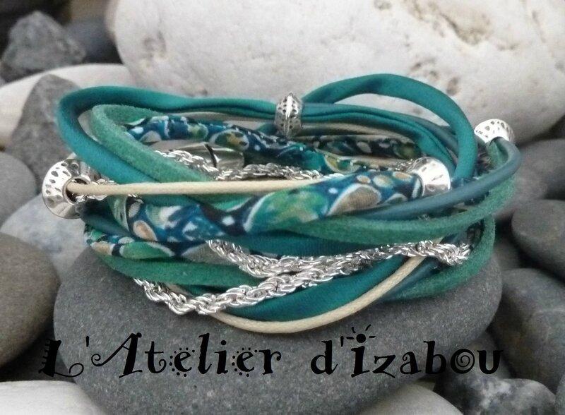 P1170796 Bracelet manchette multimatières double tour de poignet, cordon liberty, chaîne, coton ciré, cordon de satin et daim à paillettes, parsemé de perles