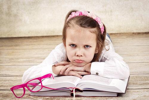 Petite-fille-ennuyée-recrutement-et-langue-de-bois