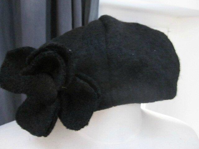 Chapeau AGATHE en laine bouillie noire avec fleur - doublure de coton noir à pois tête d'épingle blancs (2)