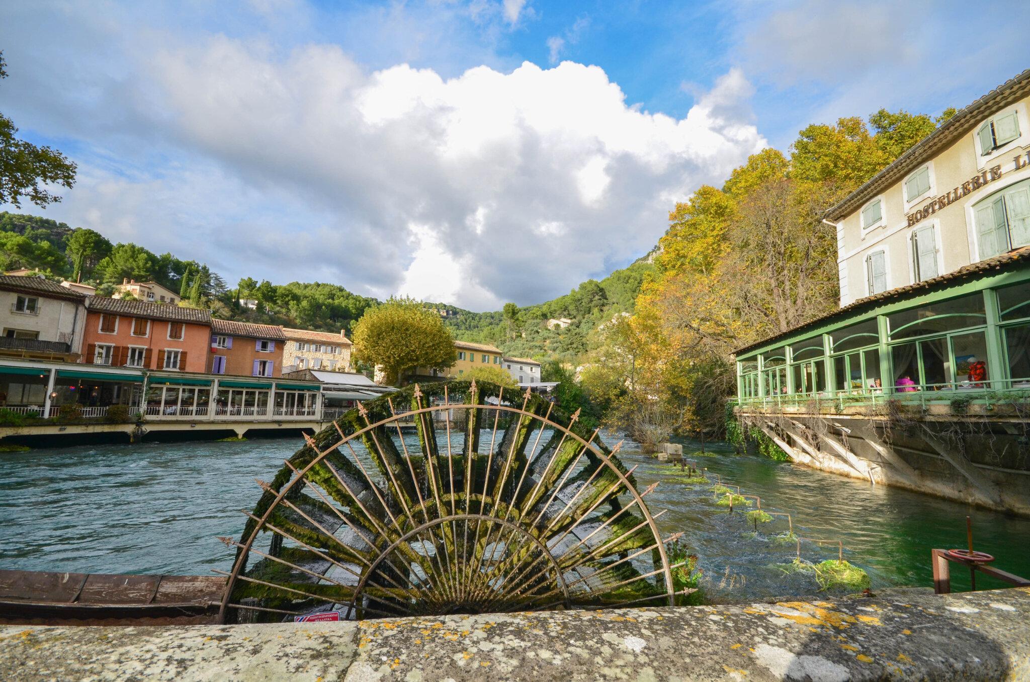 Fontaine-de-Vaucluse : et sa source pleine de mystères