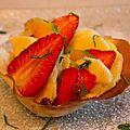 Salade de fruits frais dans sa corolle aux amandes