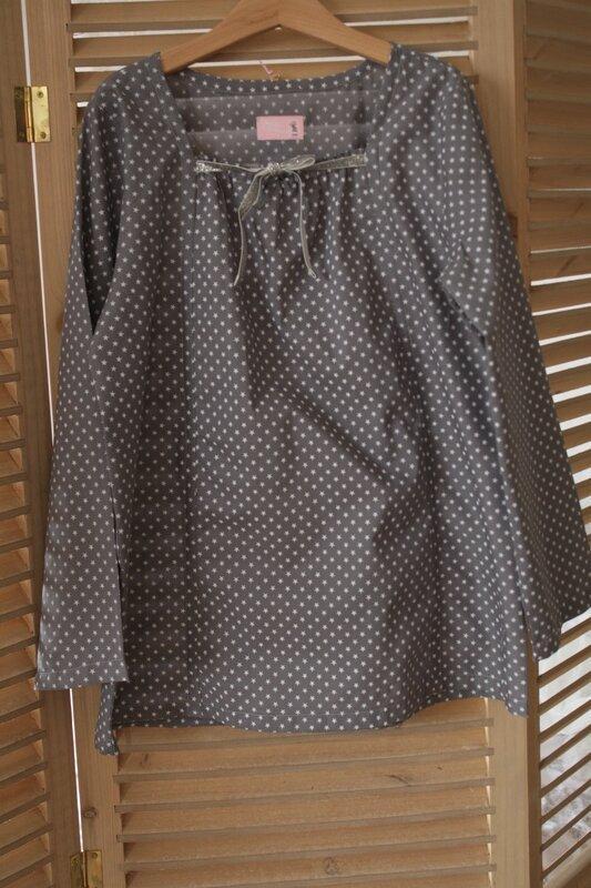 blouse baptiste à étoiles France Duval Stalla 12 ans, nouée devant par un lien argenté, manches longues, 30€