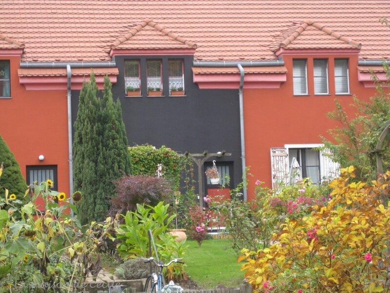 Maison noire et rouge
