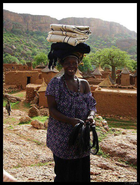 Mali : la femme aux ceintures en peau de chèvre