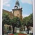 Beaune 2 - la place Monge et le beffroi - Statue Gaspard Monge