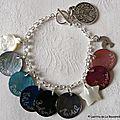 Bracelet sur chaîne argent massif composé de médailles en nacre gravées et de breloques nacre et métal