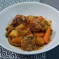 Mijoté de légumes à la sauce tomate et boulettes de bœuf oignon, persil