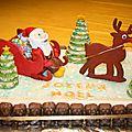 Gâteau de noël avec traîneau, renne et père noël