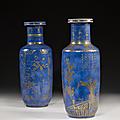 Deux vases rouleaux en porcelaine bleu poudré et décor or, Chine, Dynastie Qing, XVIIIe siècle. Photo Artcurial