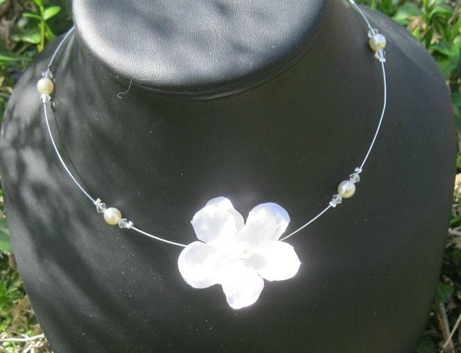 2 colliers fleurs pour Méline et Mewen
