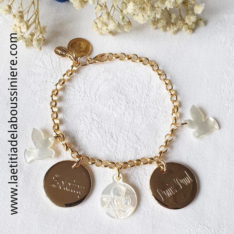 Bracelet personnalisé sur chaîne plaqué or maille classique composé de 2 colombes en nacre, 2 médailles en plaqué or gravées à la machine et une médaille de Vierge à l'Enfant en nacre (détails)