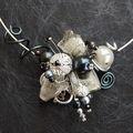 collier tour de cou noir et gris réservé