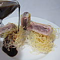 Thon mi-cuit au sésame, sauce à l'orange et vermicelles de riz frits
