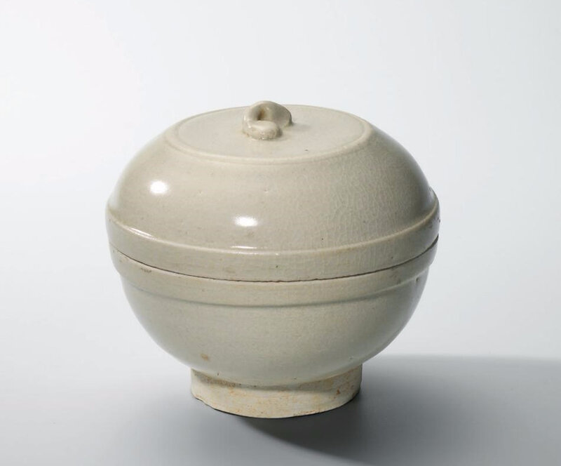 A white-glazed circular box and cover, Five Dynasties (907-960)
