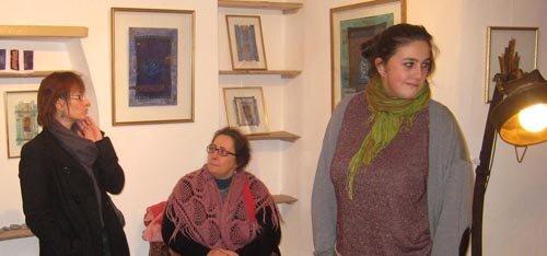Anne Bernasconi au centre devant les œuvres de Marie Vandewynckele